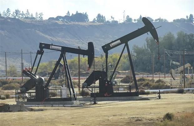 Giàn khoan tại mỏ dầu Chevron ở Bakersfield, California, Mỹ. Ảnh: AFP/ TTXVN