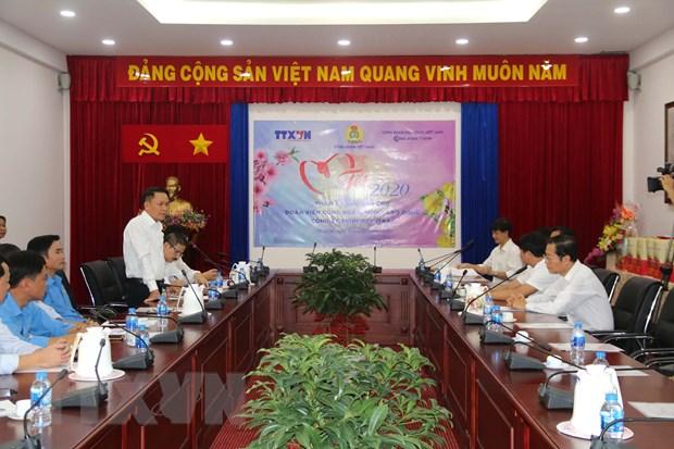 TTXVN tang qua 'Tet sum vay' cho nguoi lao dong tai TP.HCM hinh anh 1