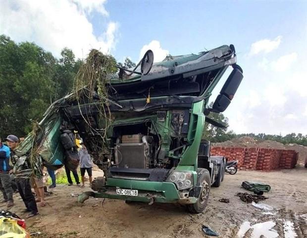 Quang Ngai: Xe khach huc xe tai lao xuong ho sau ven duong hinh anh 1