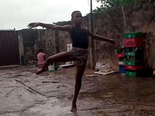 Cau be Nigeria gianh hoc bong nho doan video mua chan tran trong mua hinh anh 1