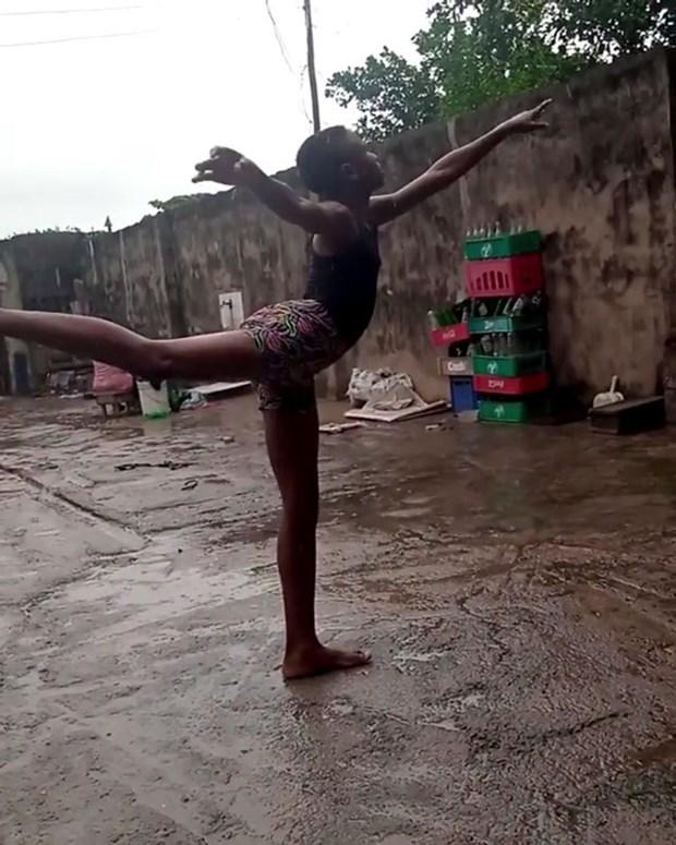 Cau be Nigeria gianh hoc bong nho doan video mua chan tran trong mua hinh anh 2