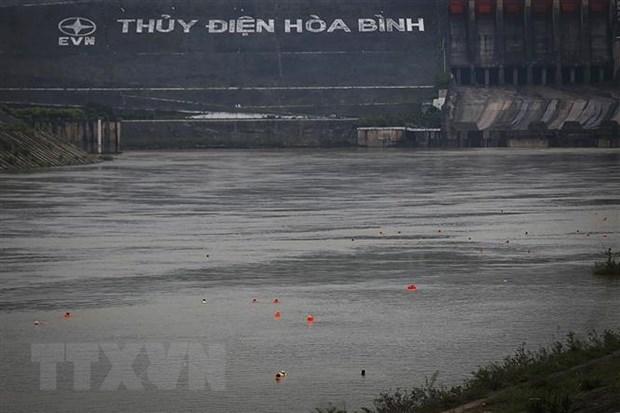 Xuong tam khong mac ao phao, hoc sinh lop 11 duoi nuoc tren song Da hinh anh 1