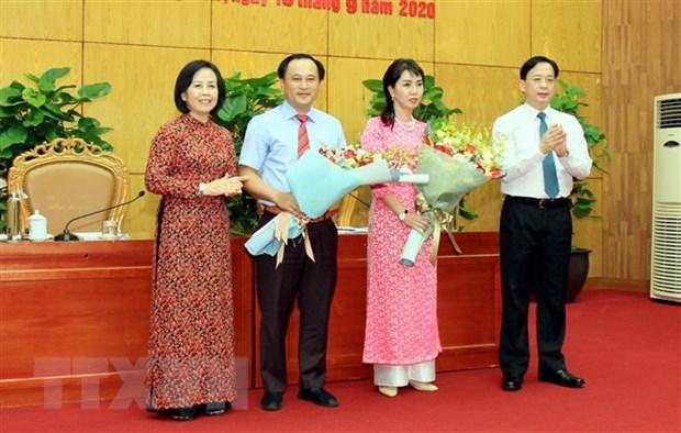 Lãnh đạo Hội đồng nhân dân tặng hoa hai tân Phó Chủ tịch Ủy ban Nhân dân tỉnh. (Ảnh: Thái Thuần/TTXVN)