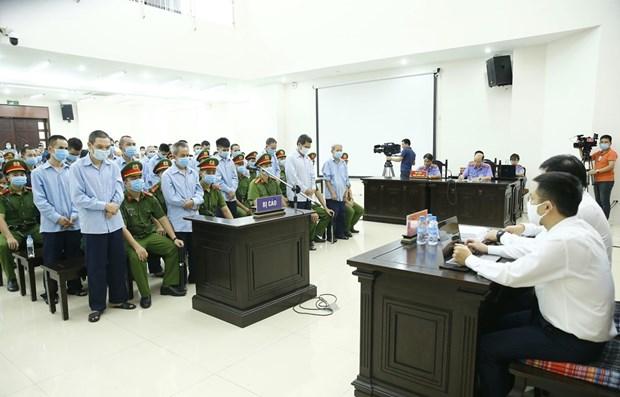 Các bị cáo nghe tòa tuyên án trong phiên xử ngày 14/9/2020. (Ảnh: Doãn Tấn/TTXVN)
