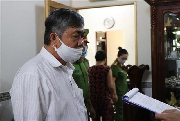 Cơ quan Cảnh sát điều tra Công an tỉnh Phú Yên đọc quyết định khởi tố bị can và thi hành Lệnh bắt tạm giam 3 tháng với ông Nguyễn Chí Hiến. (Ảnh: Phạm Cường/TTXVN)