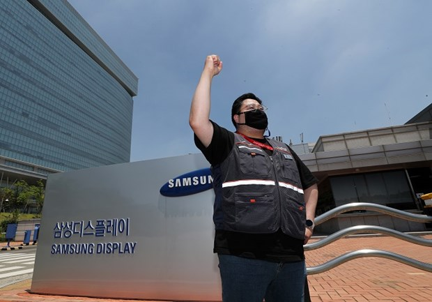 Cong nhan Samsung Display dinh cong lan dau tien trong lich su cong ty hinh anh 1