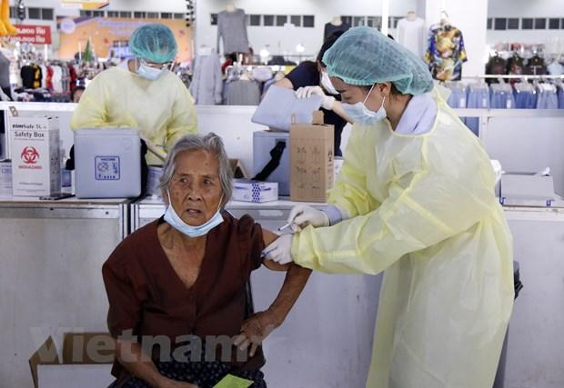 Nguoi dan Vientiane no nuc di tiem vaccine ngua COVID-19 hinh anh 2