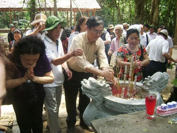 "Lan toa truyen thong ""uong nuoc nho nguon"" va nghia ""dong bao"" hinh anh 2"