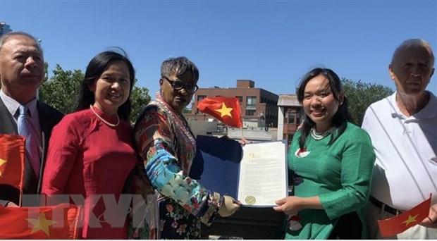 Chủ tịch Hội đồng thành phố Jersey Joyce Watterman trao Tuyên bố vinh danh Ngày Quốc khánh Việt Nam 2/9. (Ảnh: Khắc Hiếu/TTXVN)
