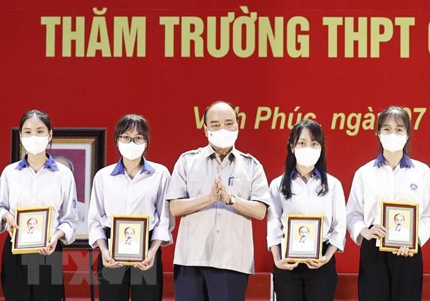Chu tich nuoc tham truong THPT chuyen va lam viec voi tinh Vinh Phuc hinh anh 1