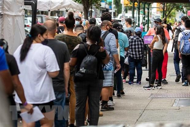 Người dân chờ tiêm vaccine ngừa COVID-19 tại New York, Mỹ, ngày 23-8-2021. Ảnh: THX/TTXVN