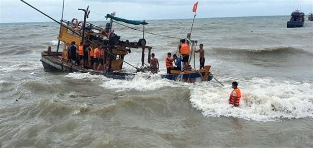 Quang Nam: Tau Canh sat bien 8002 xuyen bao so 5 cuu nan ngu dan hinh anh 1
