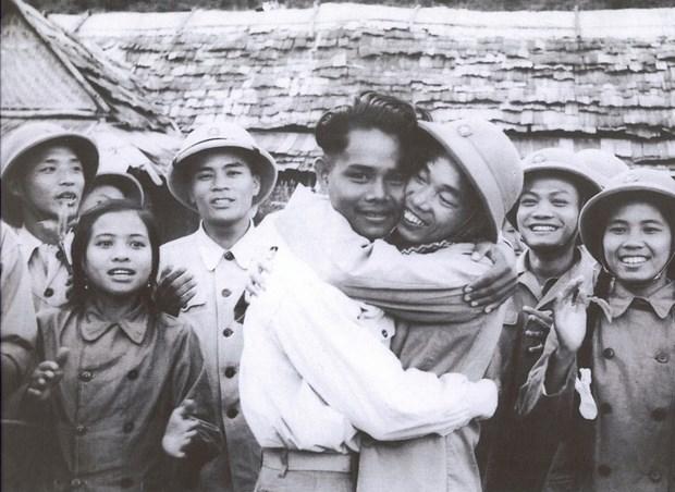 Quan tinh nguyen Viet Nam - Khi mau xuong hoa quyen tren manh dat Lao hinh anh 8
