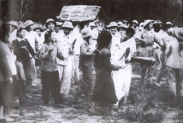 Quan tinh nguyen Viet Nam - Khi mau xuong hoa quyen tren manh dat Lao hinh anh 11