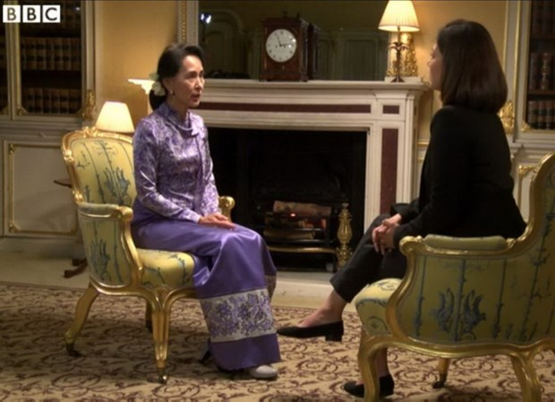Ba Suu Kyi tung mat binh tinh truoc bien tap vien nguoi Hoi giao hinh anh 1