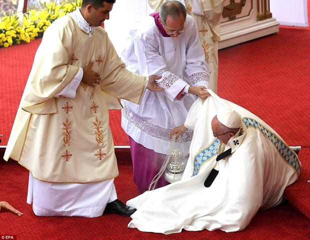 Giao hoang Francis bi nga o buoi le duoc truyen hinh truc tiep hinh anh 1