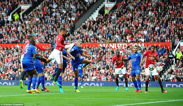 Manchester United thang huy diet duong kim vo dich Leicester hinh anh 2