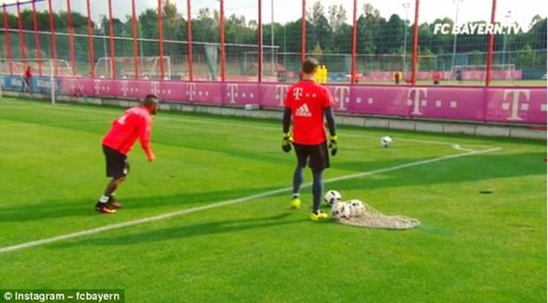 Sao Bayern Munich sut bong qua hang rao sat ghi ban