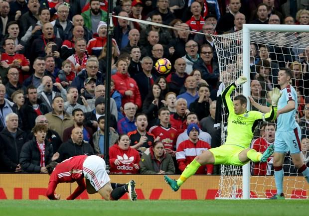 Nguoi hung cua Burnley: Zlatan Ibrahimovic suyt lam gay tay toi hinh anh 2