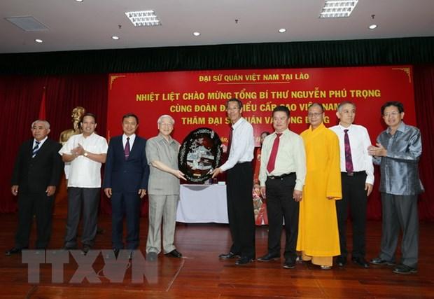 Tong Bi thu gap can bo Dai su quan, cong dong Viet Nam tai Lao hinh anh 2
