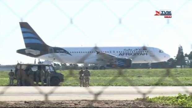 Video giai cuu 118 nguoi tren may bay Libya bi khong tac khong che hinh anh 1