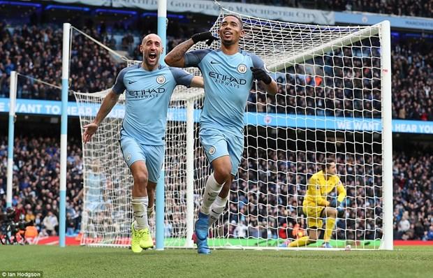Man City tro lai top 3, Manchester United vui dap nha vo dich hinh anh 1