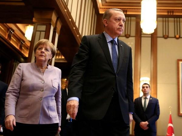 Ong Erdogan cao buoc ba Merkel dung