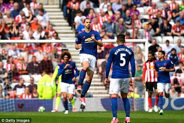 Ibrahimovic toa sang dua Manchester United tro lai top 5 hinh anh 1