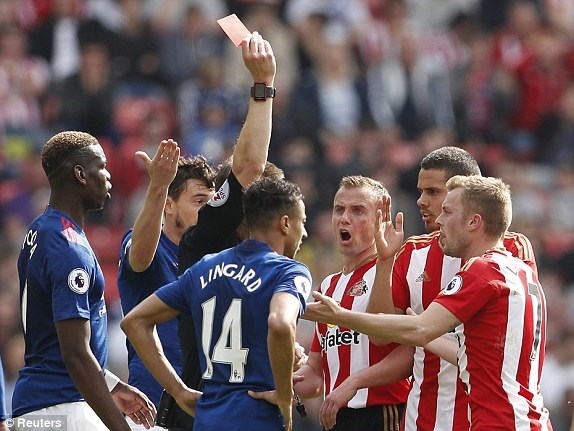 Ibrahimovic toa sang dua Manchester United tro lai top 5 hinh anh 2