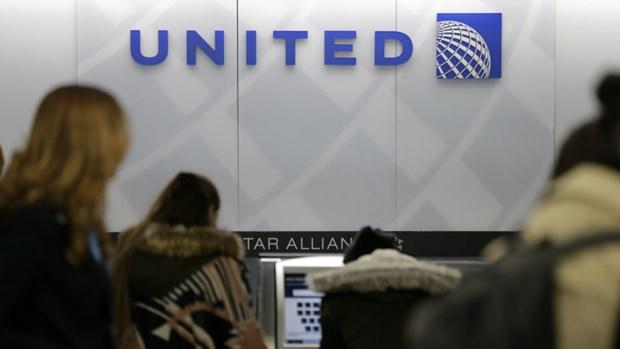 United Airlines mat gan 800 trieu USD sau vu keo le bac sy goc Viet hinh anh 3