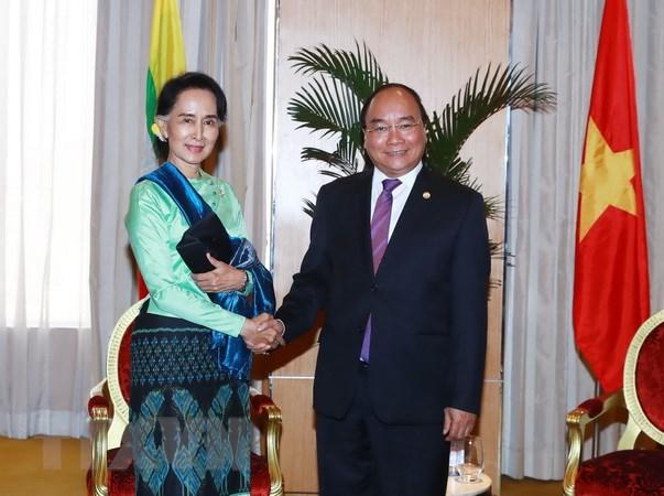 Thu tuong gap ba Aung San Suu Kyi ben le Hoi nghi ASEAN 30 hinh anh 1