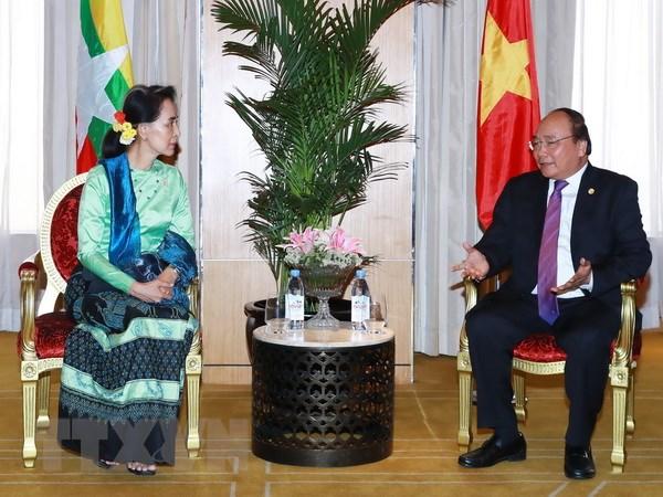 Thu tuong gap ba Aung San Suu Kyi ben le Hoi nghi ASEAN 30 hinh anh 2