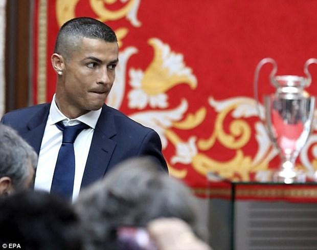 Ronaldo an mung ngoi vuong Champions League bang kieu toc moi hinh anh 1