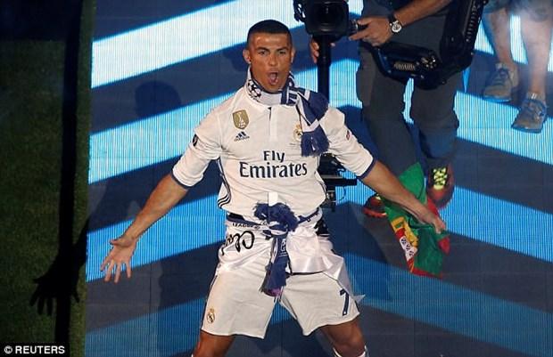 Ronaldo an mung ngoi vuong Champions League bang kieu toc moi hinh anh 2