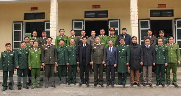 Bo truong Bo Cong an To Lam tham va tang qua Tet tai Son La hinh anh 2