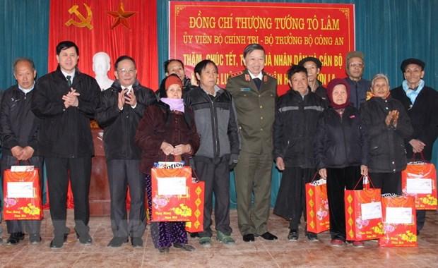 Bo truong Bo Cong an To Lam tham va tang qua Tet tai Son La hinh anh 1