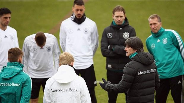 HLV Joachim Loew: Giai bai toan doi hinh den World Cup 2018 hinh anh 2