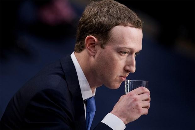 Zuckerberg cang thang, mat binh tinh truoc cau hoi cua ha nghi sy My hinh anh 1
