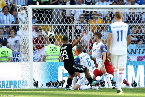 Messi sut hong penalty, tuyen Argentina chia diem truoc Iceland hinh anh 2