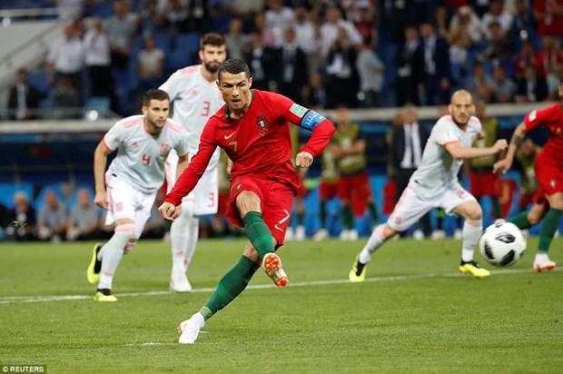 Sut tung luoi Tay Ban Nha, Ronaldo lap ky luc 'vo tien khoang hau' hinh anh 1