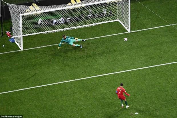 Cris Ronaldo lap hat-trick, Bo Dao Nha thoat thua day kich tinh hinh anh 2