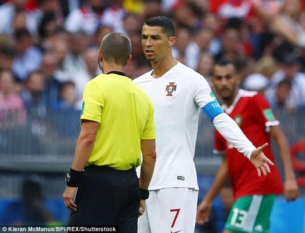 Cau thu Maroc to trong tai xin ao Ronaldo khi tran dau dang dien ra hinh anh 1
