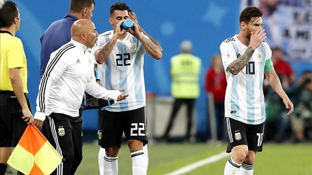 Thuc hu chuyen Lionel Messi chi dao HLV Sampaoli ngay tren san hinh anh 1