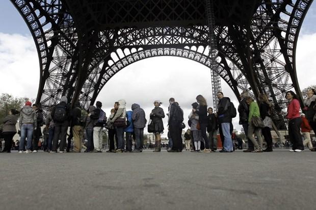 Phap: Nhan vien lam viec tai Thap Eiffel dinh cong vi thang may hinh anh 1