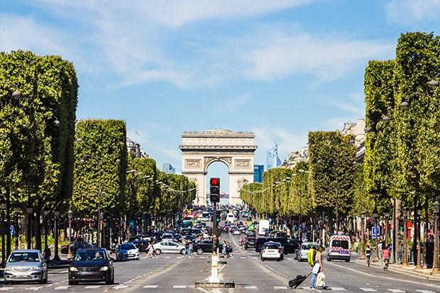 Canh sat Phap dieu tra chiec xe oto kha nghi o dai lo Champs Elysees hinh anh 1