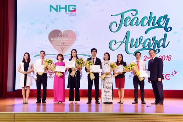 Tap doan Nguyen Hoang to chuc Le tri an va vinh danh Teacher Award hinh anh 2