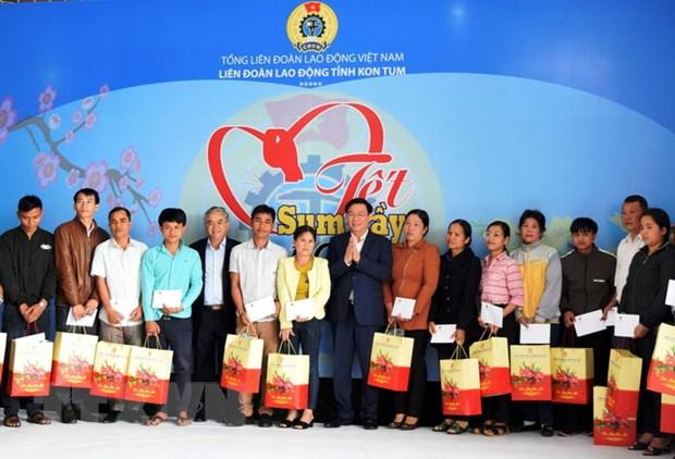 Pho Thu tuong Vuong Dinh Hue tang qua cong nhan lao dong Kon Tum hinh anh 2