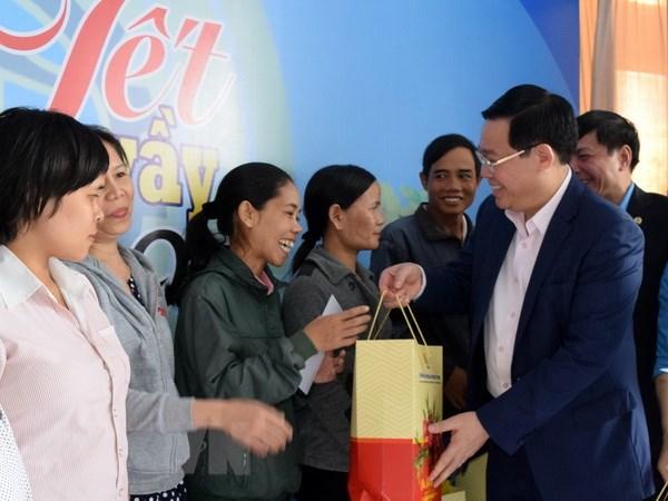 Pho Thu tuong Vuong Dinh Hue tang qua cong nhan lao dong Kon Tum hinh anh 1