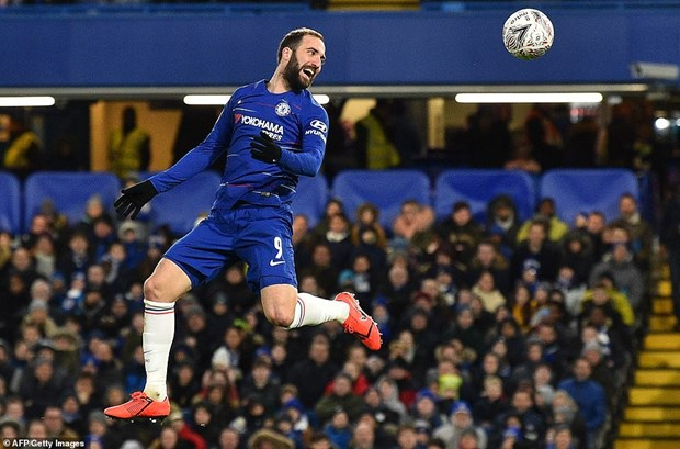 FA Cup: Higuain mo nhat o ngay ra mat Chelsea, Tottenham bi loai hinh anh 2