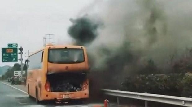 Trung Quoc: 42 du khach Hong Kong thoat chet trong vu xe buyt phat no hinh anh 2